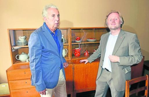 Landeskonservator Dr. Christoph Mohr a.D. zeigt Bürgermeister Olaf Cunitz die neue Anrichte im May-Haus.