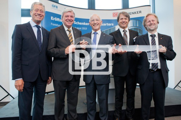 Schluesseluebergabe-fuer-neue-DB-Schenker-Zentrale